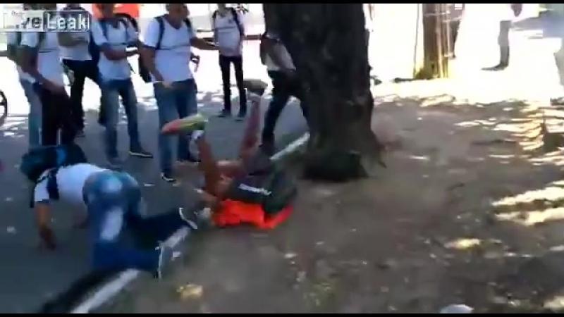 В Бразилии до пацана доебались местные гопники, но он им показал удушающий приём