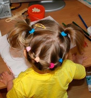 Самые простые повседневные прически для детского садика! Малыши, которые ходят в садик, обычно очень жизнерадостные и активные. Поэтому маленьким деткам нужны прически в садик, позволяющие свободно прыгать и бегать, не задумываясь о падающих на личико волосах. Прическа для девочки должна быть простой в выполнении, легкой в уходе, волосы не должны отвлекать ребенка от общения со сверстниками.