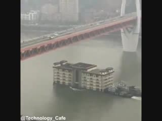 Перевозка здания по реке в Китае