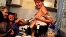 пьяная девушка показывает стрептиз