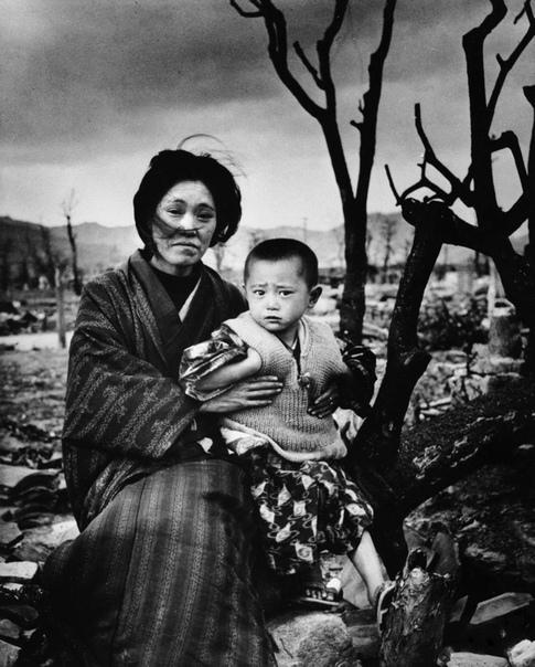 На фоне разрушенной Хиросимы  японская женщина со своим сыном .