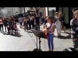 Милый уличный музыкант. 12-летняя девочка спела на улице Дублина