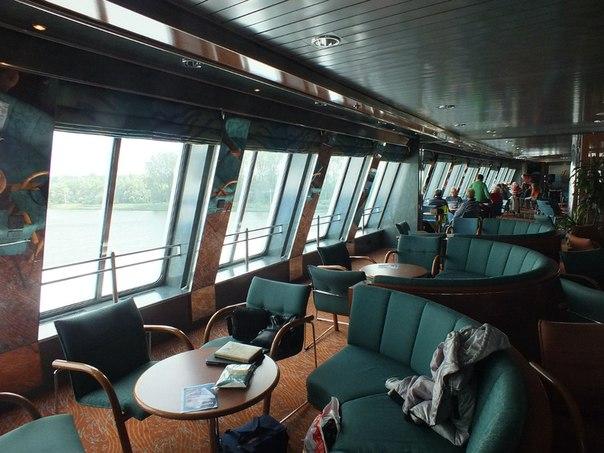 Панорамный бар очень комфортный, на пароме (117 Э),  взяли сидячие места, т.к. плыли днём.