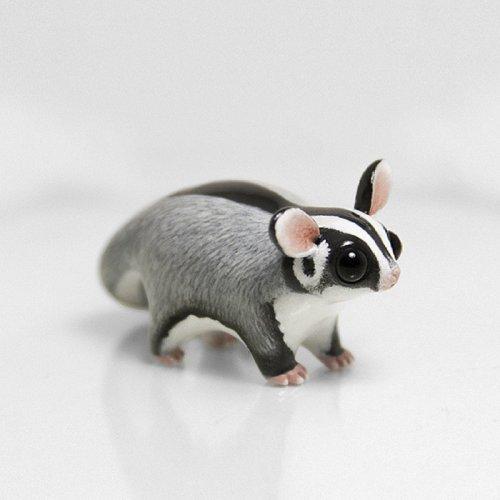 Крошечные скульптуры животных из полимерной глины.