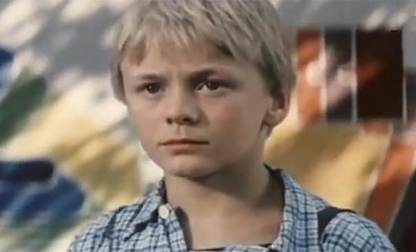 Владимир Сычев Владимир Сычев родился 6 июня 1971 года в Москве. Мальчик рос в небогатой советской семье. Уже в раннем возрасте Владимир начал подрабатывать, а также играть с одноклассниками в