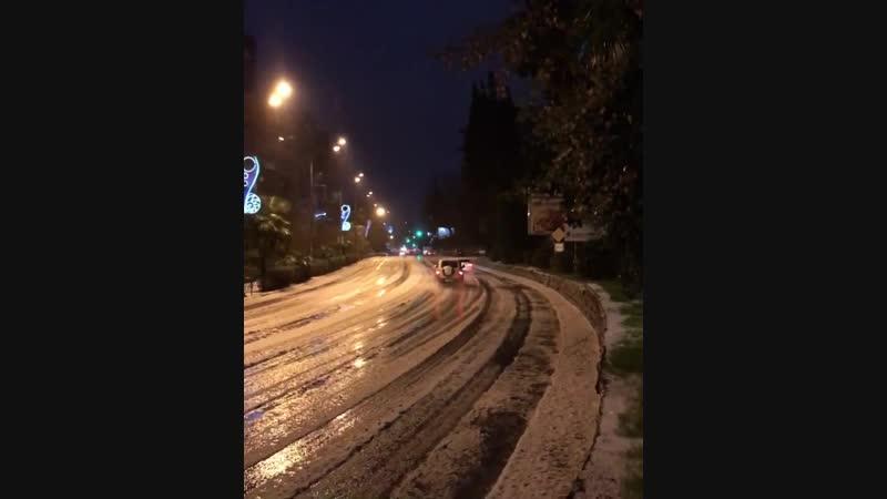 Град 😬 Гроза ⚡️ Снег ❄️ одновременно обрушился на Сочи ранним утром...