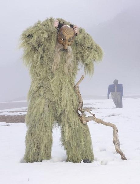 Языческие костюмы Шарль Фреже, aранцузский фотограф в течение 2-x лет посетил 19 стран Европы и запечатлел как в её глухих уголках простые люди до сих пор наряжаются в костюмы животных на