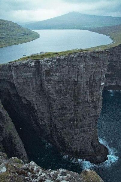 """15 мест, которые выглядят так, словно они не с нашей планеты: ↪ Озеро Фарерских островов, путешественники зовут его """"озеро над океаном""""."""