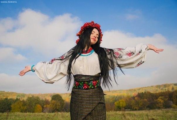 Українська дівчина у вишиванці і у вінку.