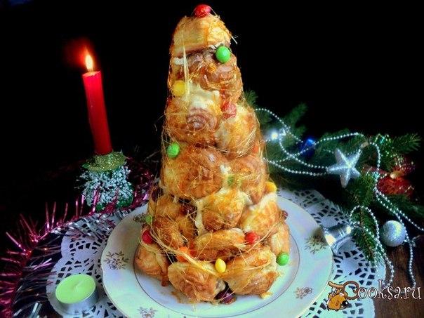 Крокенбуш - французский десерт, представляющий собой высокий конус из профитролей с начинкой, скреплённых карамелью, шоколадом или специальным сладким соусом. Готовится крокешбуш обычно как угощения на свадебные церемонии, на крещение, Но многие французские хозяйки любят подавать крокембуш и на Рождество и Новый год, ведь его форма чем-то напоминает праздничную елку.