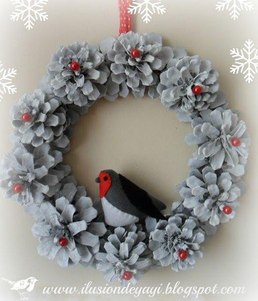 Новогодне-рождественский венок из шишек