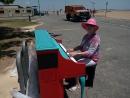 Рояль на пляже Staten Island.