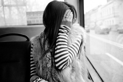 плачушая брюнетка: