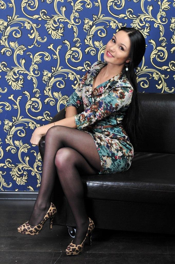 Девушка в цветочном платье и черных колготках
