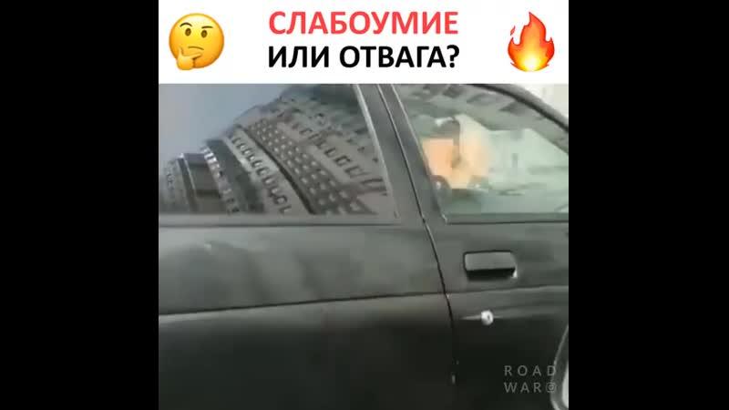 Мужчина решился отогнать свою машину, пока рядом полыхал огонь. И всё таки, слабоумие или отвага