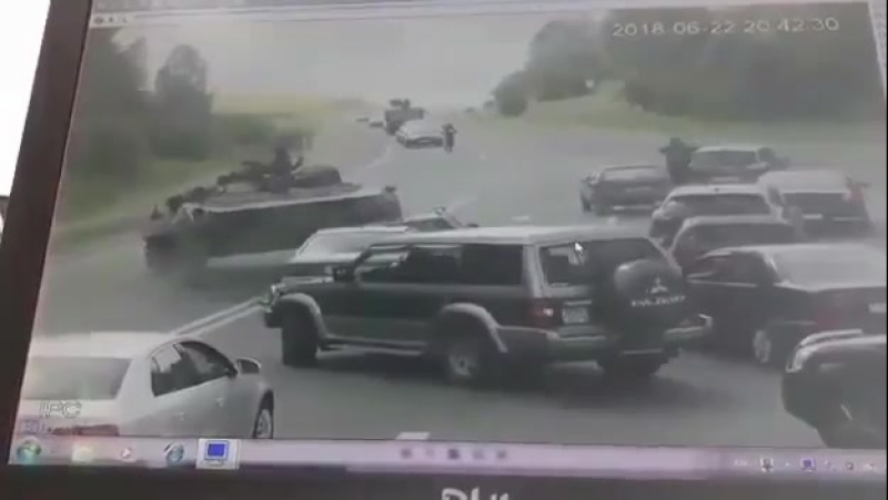 В Беларуси БМП раздавил легковушку [ vk.com/CINELUX ]