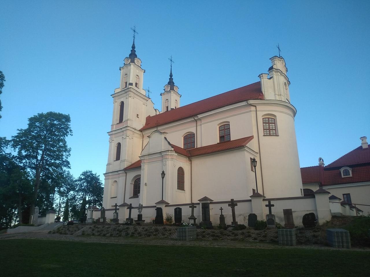Костёл и кладбище