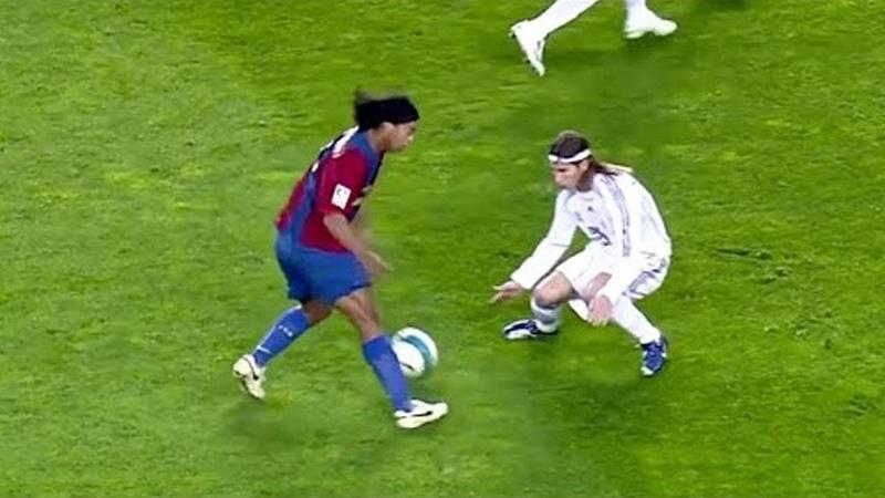 ИГРАЙ КАК РОНАЛДИНЬО: КАК СДЕЛАТЬ ФИНТ ЭЛАСТИКО! ОБУЧЕНИЕ | Ronaldinho Skills Tutorial Elastico