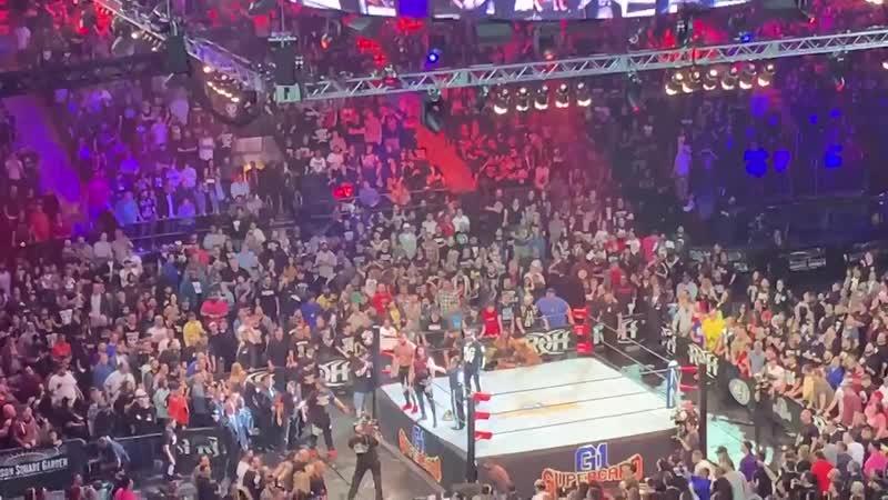 My1 Энцо Аморе и Биг Кэсс вылезли из зрительного зала во время G1 Supercard