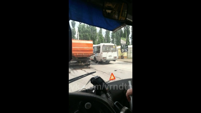 Ковш мусоровоза упал на пассажирку автобуса