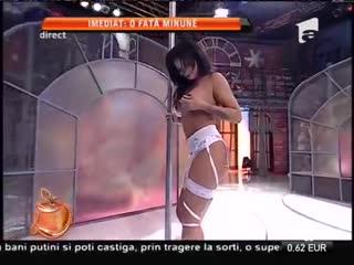 Larisa Munteanu, mărul discordiei dintre Ogică şi Dani, a dansat topless la bară!