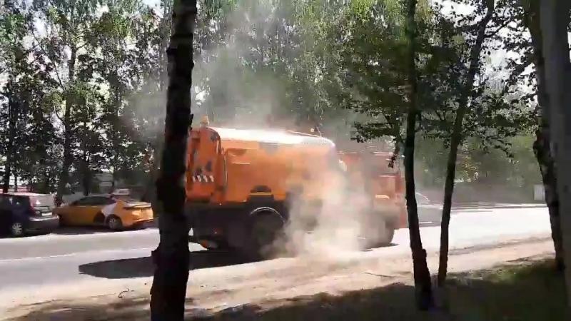 Чистка улицы пылью на Родниковой