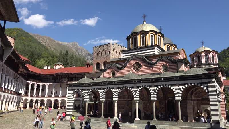 Семь Рильских озёр и Рильский монастырь в Болгарии.