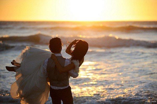 Муж с женой должны быть подобны руке и глазам: когда руке больно  глаза плачут, а когда глаза плачут  руки вытирают слёзы.
