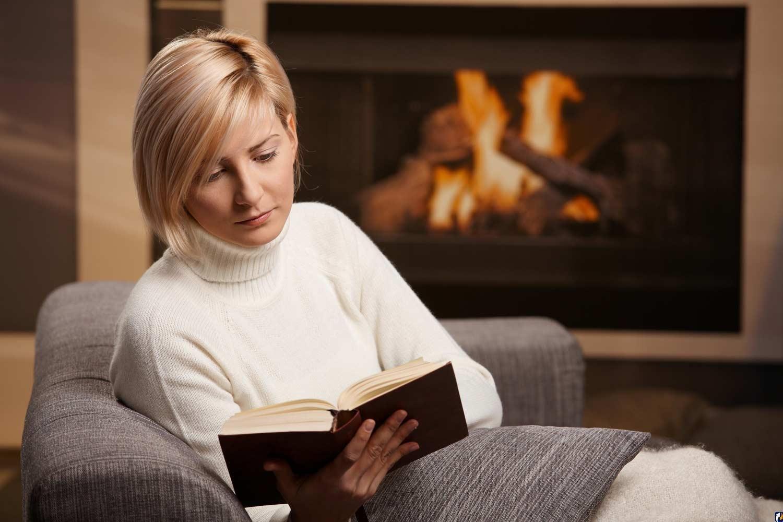 сидит на лице и читает журнал переходил