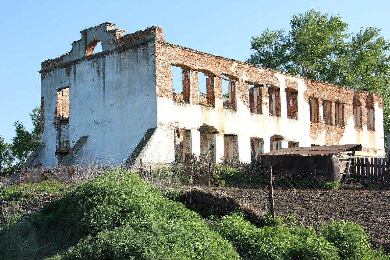 Ещё одна руина. Сгоревшая школа (04.07.2014)