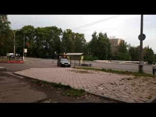 Водитель Skoda Octavia разбил стекло на остановке