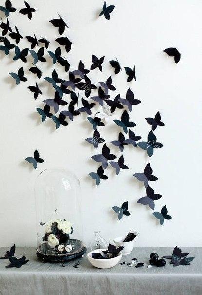 Украшение стены бабочками  Простая идея по затратам и обалденная по дизайну. Те, что прикреплены вплотную к стене можно посадить на двусторонний скотч. А те, что, как бы парят, прикрепить на тонкие полоски, отрезанные от бесцветных пластиковых бутылок.