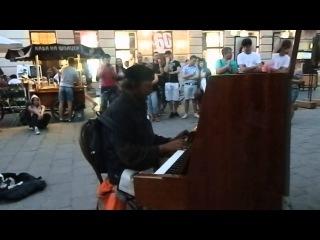 Во Львове бездомный играл на фортепиано саундтреки к фильму