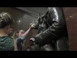 Как натирают нос собаке на станции метро