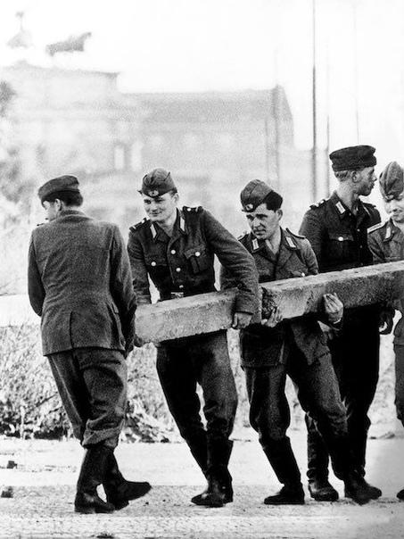 Строительство Берлинской стены, 1961г.