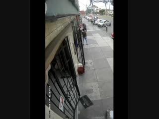 В Перу самолет грохнулся прямо посреди улицы в Лиме.