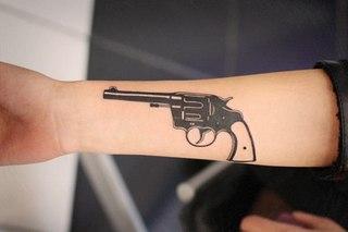 Револьвер тату на руке фото