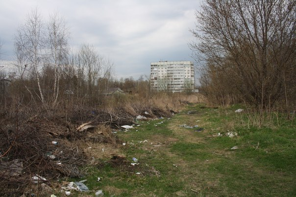 Засраный подъезд к реке. Стыдоба.  30 апреля 2018