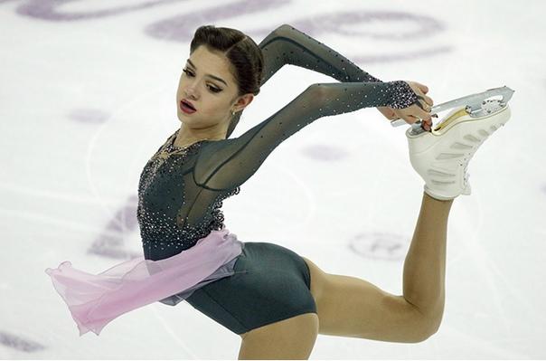 Евгения Медведева Евгения Медведева – российская фигуристка, которую с момента первых выходов на лед международных соревнований стали считать законодательницей мод. И дело не только в