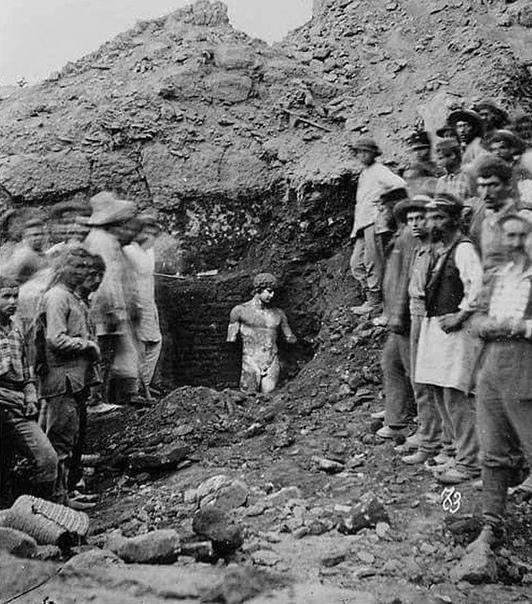 Снимок с раскопок статуи Антиноя в Греции.