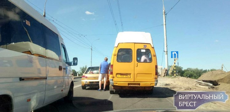 "Кобринский мост ""встал"" из-за ДТП с участим маршрутного такси и легковушки"