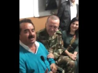 """Reyhanlı'ya Mehmetçik'e moral ziyaretine giden İbrahim Tatlıses """"Yaylalar"""" türküsünü söyledi. Tatlıses'i dinleyenler arasında Cu"""