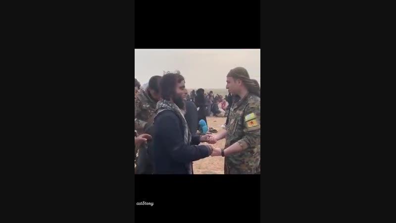 Боевик ИГ сдаётся в плен силам СДС (курды)