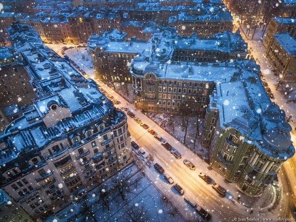 Красивый вид на вечерний Петербург из саней