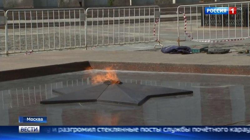 Вести-Москва • Вандалу не удалось погасить Вечный огонь на Поклонной горе