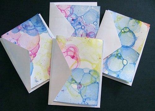 Рисунок мыльными пузырями 1. Добавляем в любой мыльный раствор акварельную краску или пищевой краситель. 2. Берём трубочку и дуем через неё в мыльную воду, что бы образовать побольше пузырей. 3. Берём акварельную бумагу и прислоняем сверху к пузырям. 4. Ждем пока высохнет. #DIY_Идеи