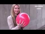 Theresa pustet viele bunte Luftballons auf und l