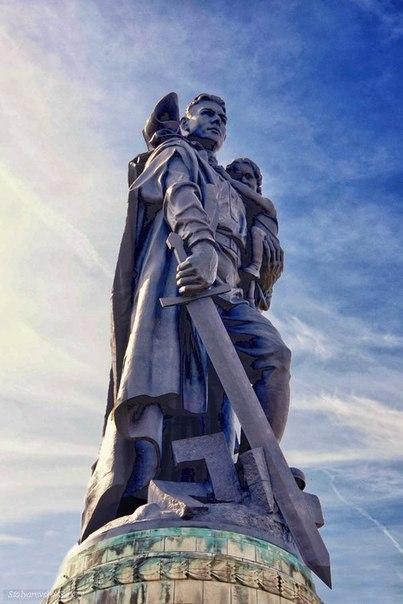 """Мало кто знает, что скульптура """"Родина - мать зовёт"""" на Мамаевом кургане в Волгограде только вторая часть композиции из трёх монументов с мечом Победы в разных городах."""