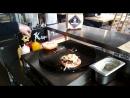 Шеф-повар ТАМЛЕ готовит фирменный бургер