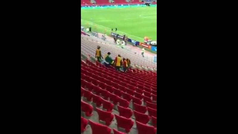 Болельщики Сенегала после матча с Польшей убирают за собой трибуны Спартака